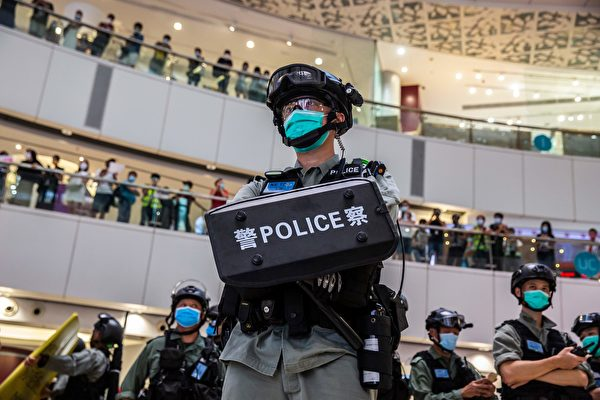 2020年7月6日,香港,購物中心裏的一群防暴警察。(ISAAC LAWRENCE/AFP via Getty Images)