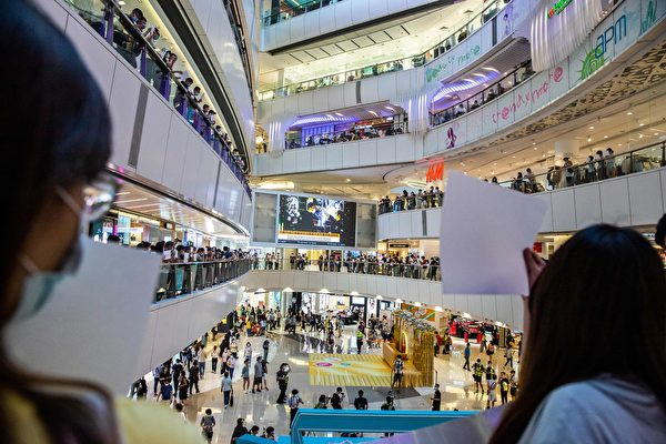 2020年7月6日,香港,購物中心裏的民眾舉著白紙抗議。(ISAAC LAWRENCE/AFP via Getty Images)