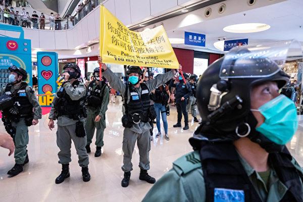 2020年7月6日,香港,購物中心裏一名防暴警察舉起警告黃旗。(Billy H.C. Kwok/Getty Images)