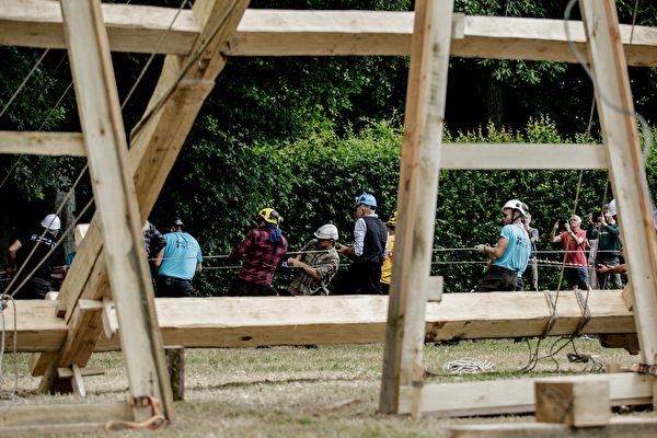 2020年7月7日,法國諾曼第埃曼努維爾(Ermenouville),「無國界木匠」(Charpentiers sans Frontiers)的成員使用繩索架起了框架。(SAMEER AL-DOUMY/AFP via Getty Images)