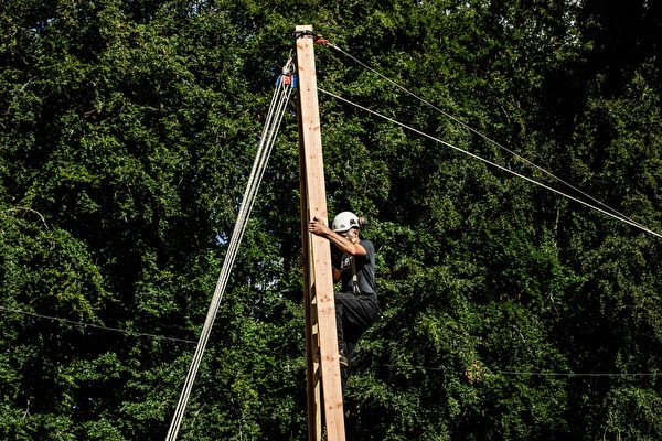 2020年7月7日,法國諾曼第埃曼努維爾(Ermenouville),首席木匠爬到架子上。(SAMEER AL-DOUMY/AFP via Getty Images)