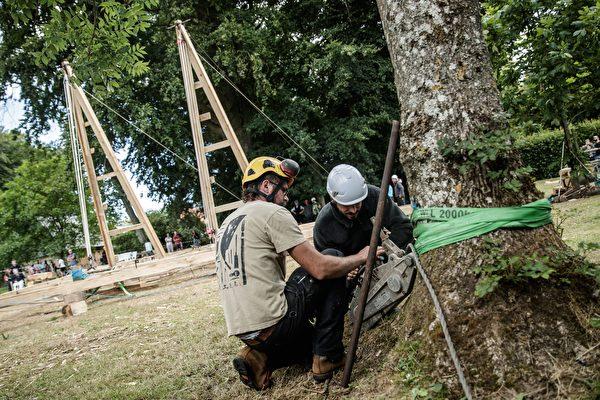 2020年7月7日,法國諾曼第埃曼努維爾(Ermenouville),「無國界木匠」(Charpentiers sans Frontiers)的成員使用滑輪和繩索架起了框架。(SAMEER AL-DOUMY/AFP via Getty Images)