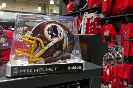 多家大型零售商已經停售紅人隊周邊商品。圖為2020年7月7日,華盛頓DC的一家體育商店內銷售的紅人隊迷你頭盔。(Drew Angerer/Getty Images)