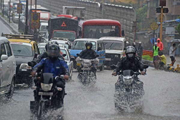 组图:印度洪水袭击 孟买街头汪洋一片