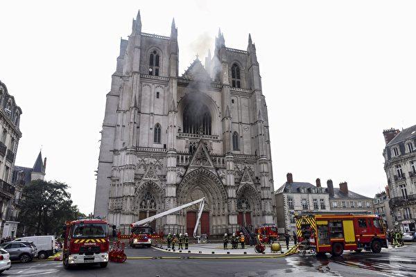 法国南特大教堂起火 暂无人员伤亡
