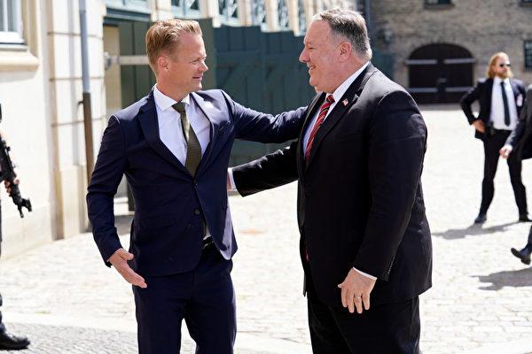7月22日,丹麥外交大臣傑普·科弗德(Jeppe Kofod)在哥本哈根,熱情迎接蓬佩奧,他們當天舉行了記者會。(NIELS CHRISTIAN VILMANN/Ritzau Scanpix/AFP via Getty Images)