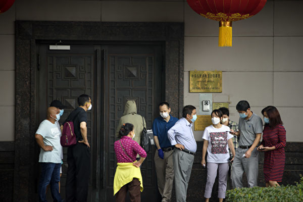 圖為2020年7月22日,中共駐侯斯頓總領事館外,出現十多名想入內的民眾。(MARK FELIX/AFP via Getty Images)