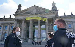 德环保人士国会大厦拉横幅 警方担心国会安全