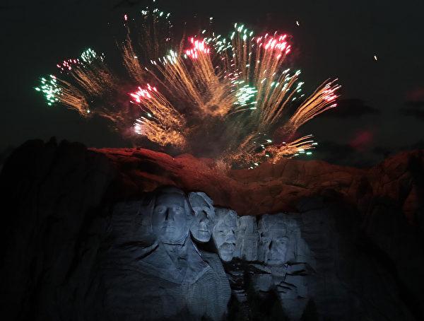 7月3日,特朗普和第一夫人參加「總統山」的獨立日慶典活動。(Scott Olson/Getty Images)