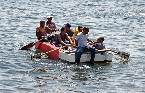 2009年6月4日,七名古巴流亡者在自製的船上被古巴軍事特工逮捕,此前他們企圖逃離該島國,但不幸遭到海流的阻礙。 (Adalberto Roque/AFP/Getty Images)