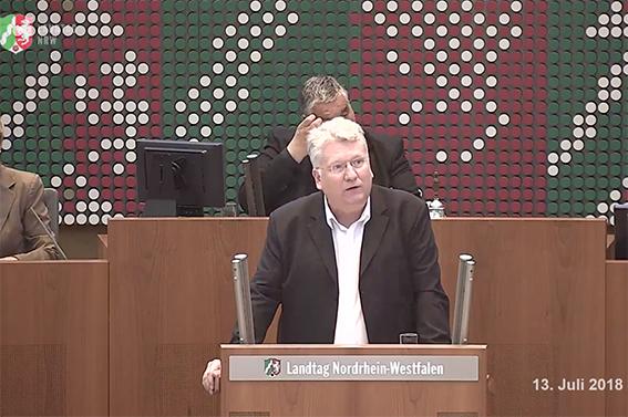 北威州州議會議員、社民黨籍政治家岡茨科2018年在州議會上發言。(影片截圖)