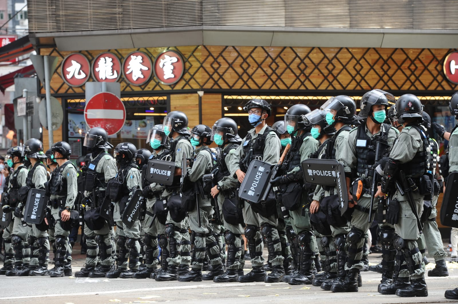 2020年7月9日,澳洲外交部再次升級旅行警告,建議仍留在香港的澳人應考慮離開這座城市。圖為2020年7月1日,香港防暴警察。(宋碧龍/大紀元)