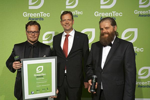 2015年,董瀚寧(右一)獲得國際綠色能源技術大獎。(本人提供)