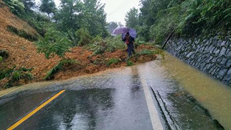 2020年7月8日,北京時間凌晨4、5點,貴州省銅仁松桃縣甘龍鎮石板村發生山泥傾瀉。326國道被沖毀很長一段路。(受訪者提供)