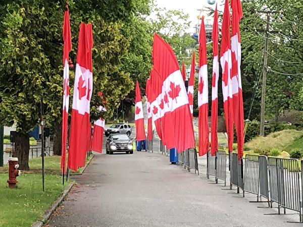 圖:PNE舉辦加拿大國慶日汽車遊行,雨中體驗別樣的節日喜慶。(邱晨/大紀元)