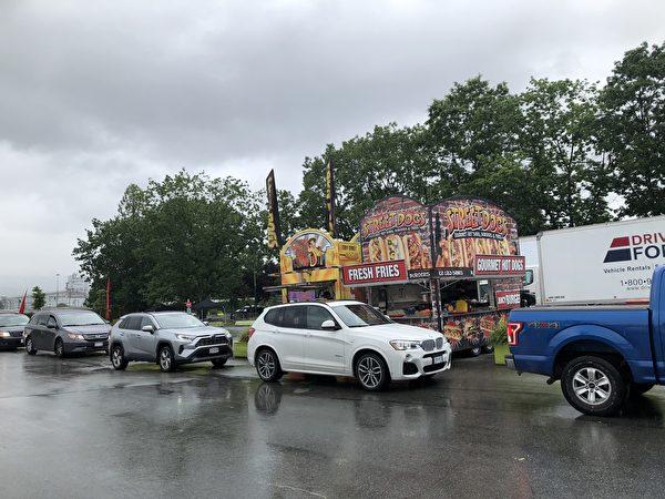圖:PNE舉辦加拿大國慶日汽車遊行,雨中體驗別樣的節假日喜慶。(邱晨/大紀元)