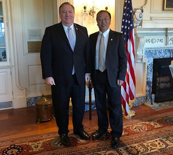 美國國務卿蓬佩奧和余茂春(右)合照。(美國國務院)