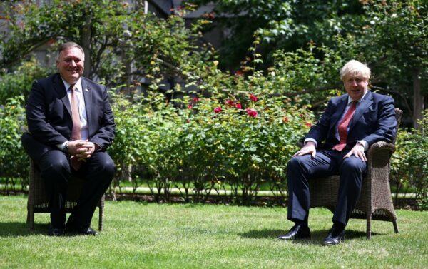 7月21日,美國國務卿蓬佩奧(L)在唐寧街會見英國首相鮑裏斯·約翰遜。(Hannah McKay / WPA Pool / Getty Images)