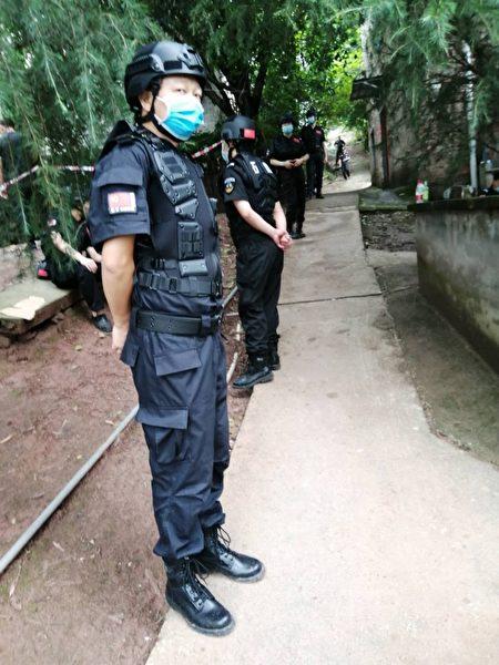 7月3日重慶市九龍坡區巴福鎮發生官員帶隊封村強拆公民房屋事件,進村2公里外路口被封。(影片截圖)