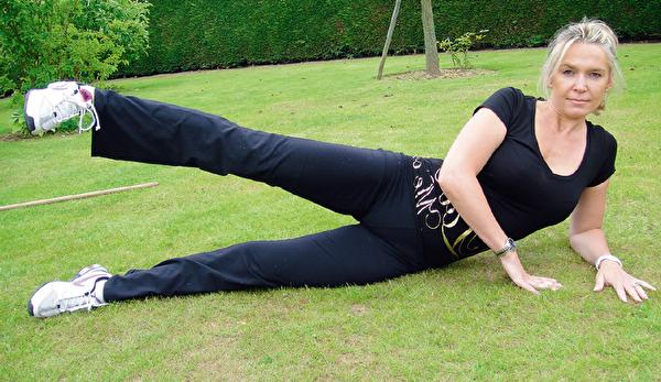 瘦大腿的側躺抬腿運動,步驟二。(采實文化提供)