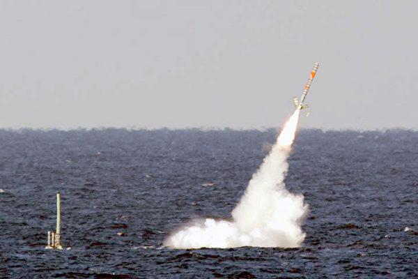 圖為美國潛艇發射戰斧巡航導彈。(維基百科公有領域)