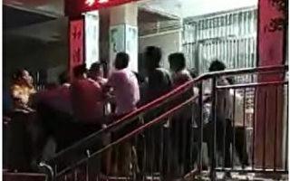 涉诱奸多名学生 广东一小学老师被家长群殴