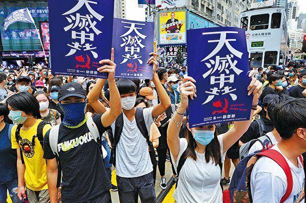 中國人民才是推倒中共政權的主角。美國政治人物說得很明白:中共害怕的不是美國,而是中國人民。圖:香港民眾手持「天滅中共」標語。(宋碧龍/大紀元)