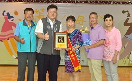 桃园市芦竹区公所获奖模范父亲与亲友合影。