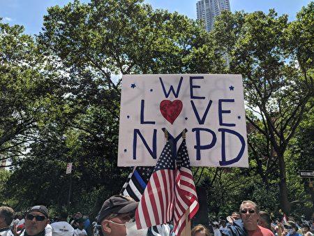 挺警民眾手舉「We Love NYPD」的標語。