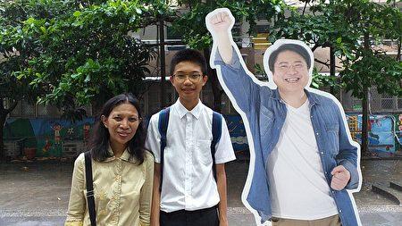 楊博崴和媽媽與市長人形立牌合影。