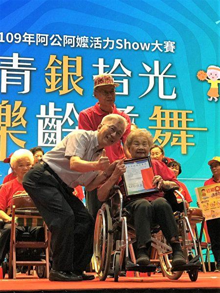 弘道老人福利基金會董事長王乃弘出席頒獎。