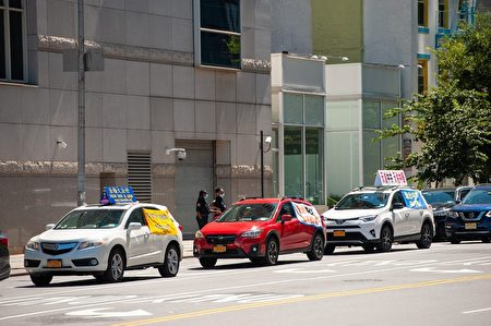 「天滅中共」橫幅車隊,環繞紐約中領館慢駛。(潘君/大紀元)