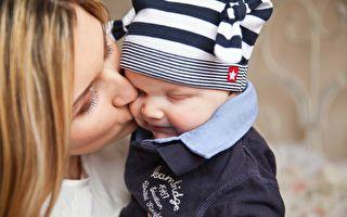 巴西媽媽臉上畫同樣胎記 以激發兒子自信心