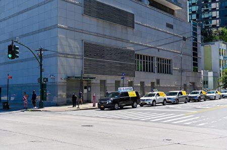 在法輪功反迫害21年之際,「天滅中共」橫幅車隊,環繞紐約中領館慢駛,抗議中共。(潘君/大紀元)