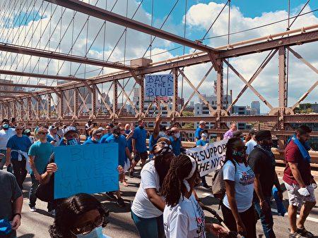 由非裔教會主辦的千人挺警遊行穿越布碌崙大橋,表達支持警察的訴求。