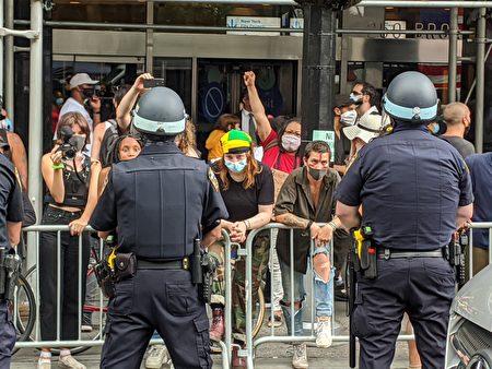 支持BLM的民众与纽约市警对峙。