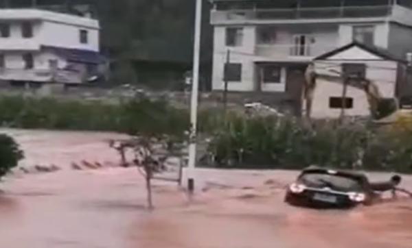 張家界桑植縣多處民宅沖毀,民眾受困車裏,倉皇逃生。(影片截圖)