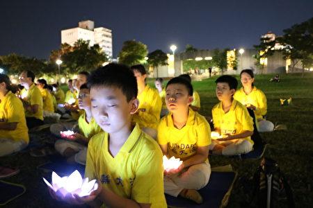 燭光悼念會有二百多人參加,法輪功學員一個個雙手捧著坐起在杯子裡的LED燈,亮起的點點燈火,聯成燈海,代表大家心中的熱火正在燃燒著,拒絕忘記720的血淚史。
