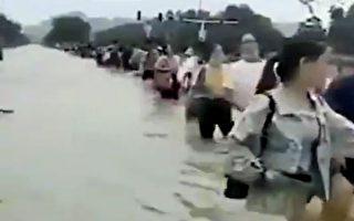 安徽王家坝夜间泄洪 村民:抗旱之后又抗洪