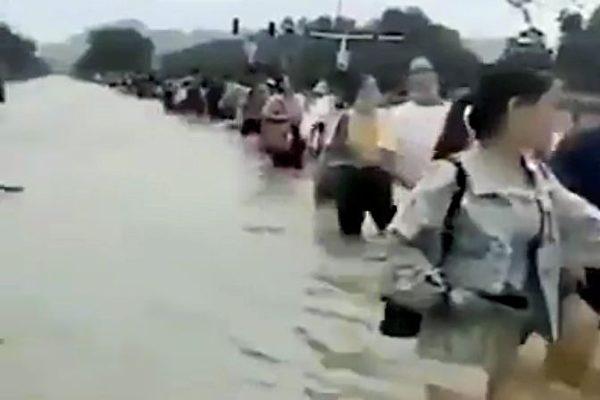 安徽王家壩夜間泄洪 村民:抗旱之後又抗洪