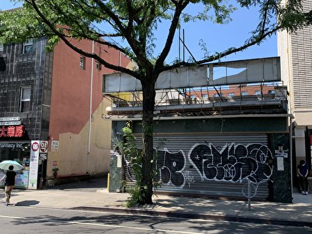 在法拉盛開設了26年的老字號「鹿鳴春」永久關門,招牌都拆除了。