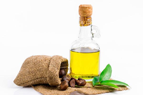 """苦茶油被形容为""""东方的橄榄油"""",具有很高的营养价值,生饮、炒菜皆适宜。(Shutterstock)"""