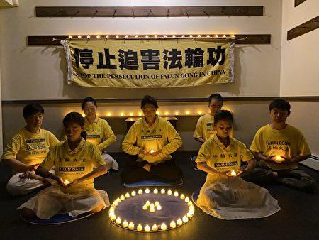 法輪功學員家家戶戶燭光映照,他們寄託哀思,深切悼念被中共迫害致死的同修。