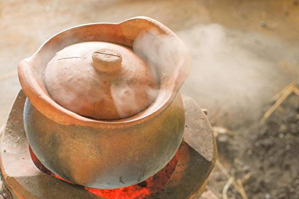 熬粥用的锅以砂锅为上。砂锅保温性能好,能使米粒持续、均匀地受热,而不溢锅。(Shutterstock)