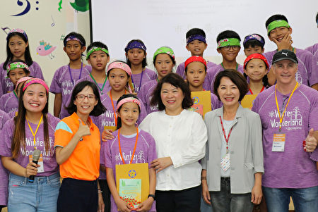 學生受頒參加證明書。