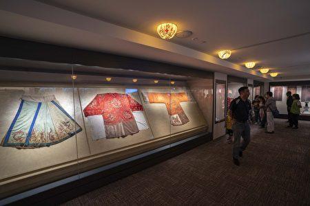 館內展示百年龍袍