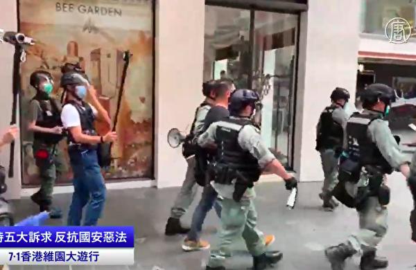 7月1日,民主黨立法會議員尹兆堅被警方以涉嫌「阻差辦公」帶走。(大紀元視頻截圖)