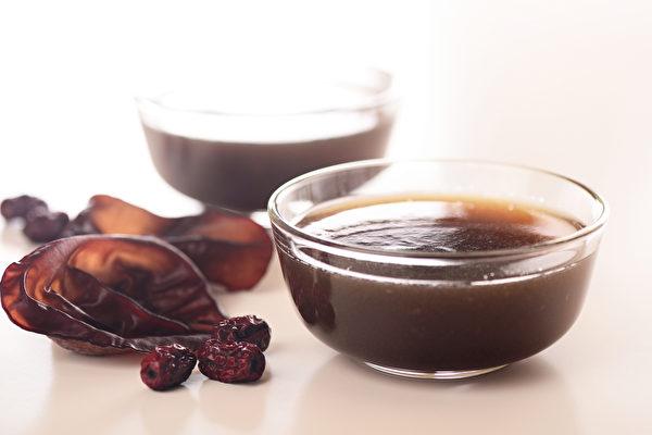 「黑白木耳湯」近來很夯,它不僅能從內而外養白皮膚,而且富含膠質。(Shutterstock)