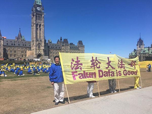 林慎立在加拿大國會山打橫幅。(林慎立提供)