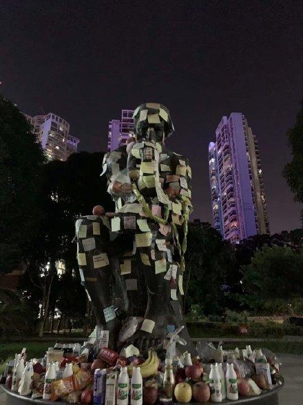 「思想者」雕像身上的紙條。(微博網友)